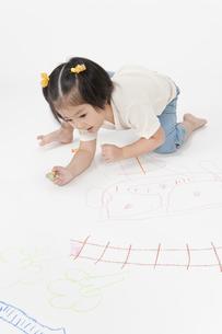 お絵描きする女の子の写真素材 [FYI00040568]