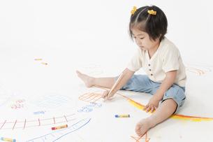 お絵描きする女の子の写真素材 [FYI00040572]