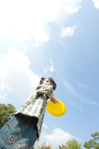 フリスビーで遊ぶ女の子の写真素材 [FYI00040576]