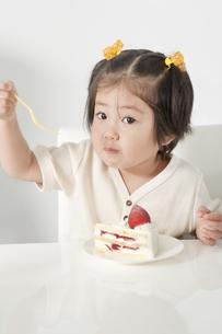 ショートケーキを食べる女の子の写真素材 [FYI00040577]