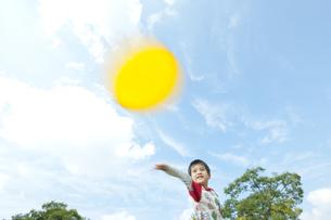フリスビーで遊ぶ男の子の写真素材 [FYI00040580]