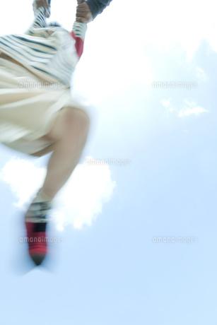 公園で遊ぶ男の子の写真素材 [FYI00040581]
