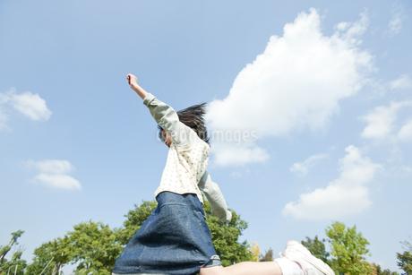 公園で遊ぶ女の子の写真素材 [FYI00040583]
