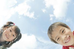 遊ぶ男の子と女の子の写真素材 [FYI00040590]