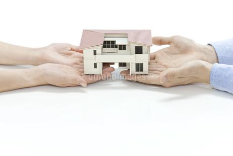 住宅模型を持つ夫婦の写真素材 [FYI00040622]