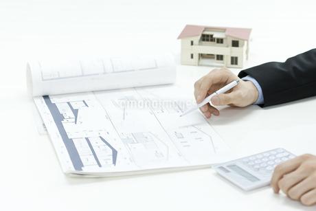 住宅の説明をする営業マンの写真素材 [FYI00040623]