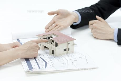 住宅の説明をする営業マンの写真素材 [FYI00040624]