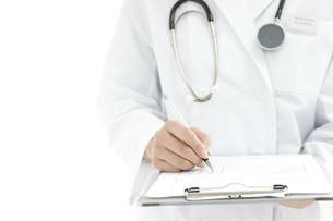カルテに記入する医師の写真素材 [FYI00040626]