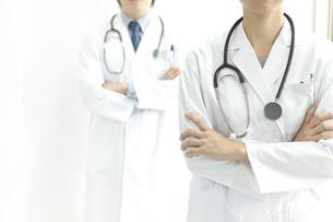 腕組みをする2人の医師の写真素材 [FYI00040627]
