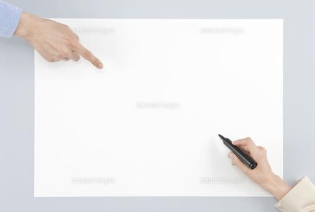 ホワイトボードに記入する手と指差す手の写真素材 [FYI00040628]
