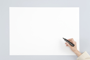 ホワイトボードに記入する手の写真素材 [FYI00040629]