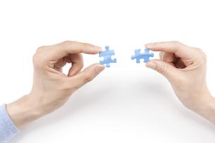 パズルを合わせる男女の写真素材 [FYI00040638]