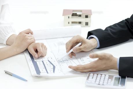 図面の説明をする営業マンの写真素材 [FYI00040639]