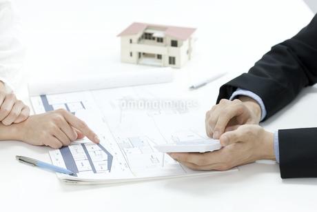 住宅の見積りをする営業マンの写真素材 [FYI00040666]