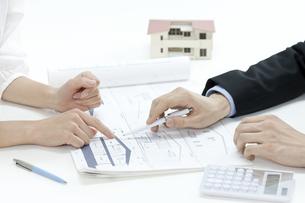 住宅の説明をする営業マンの写真素材 [FYI00040667]