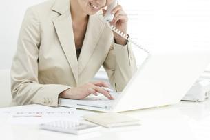 電話で話すビジネスウーマンの写真素材 [FYI00040675]