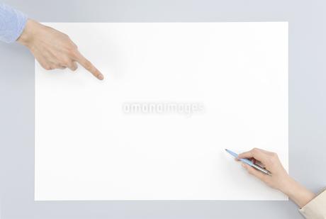 ホワイトボードに記入する手と指差す手の写真素材 [FYI00040676]