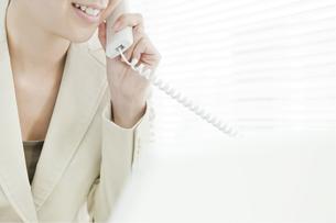 電話で話すビジネスウーマンの写真素材 [FYI00040677]