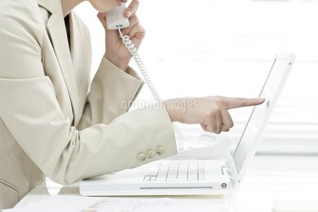 電話で話すビジネスウーマンの写真素材 [FYI00040678]