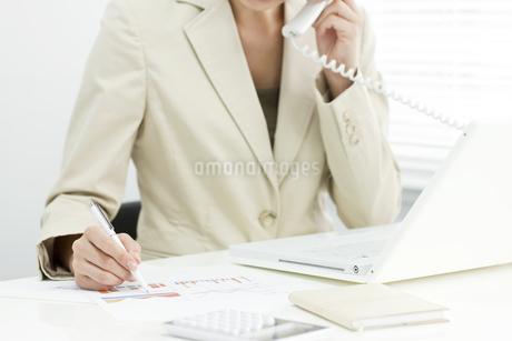 電話で話すビジネスウーマンの写真素材 [FYI00040683]