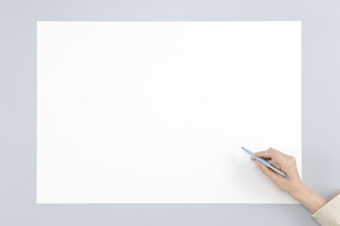 ホワイトボードに記入する手の写真素材 [FYI00040685]