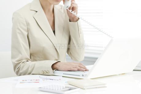 電話で話すビジネスウーマンの写真素材 [FYI00040686]
