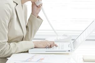電話で話すビジネスウーマンの写真素材 [FYI00040687]