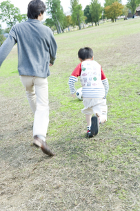 公園で遊ぶ親子の写真素材 [FYI00040689]