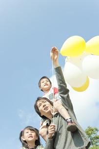 公園で遊ぶ親子の写真素材 [FYI00040693]