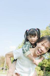 女の子をおんぶする父親の写真素材 [FYI00040706]