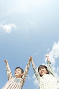 公園で遊ぶ男の子と女の子の写真素材 [FYI00040711]