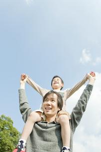 息子を肩車する父親の写真素材 [FYI00040712]