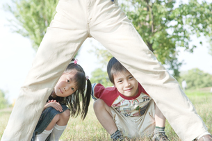 公園で遊ぶ親子の写真素材 [FYI00040713]