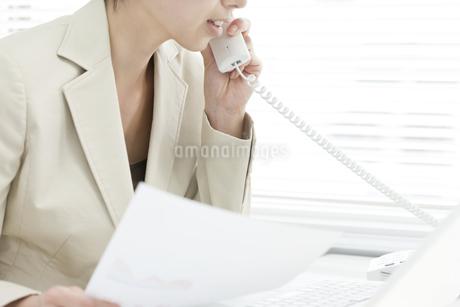 電話で話すビジネスウーマンの写真素材 [FYI00040714]