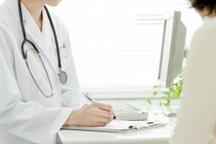 医師と患者の写真素材 [FYI00040724]