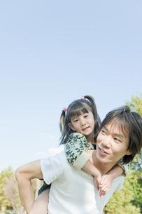 女の子をおんぶする父親の写真素材 [FYI00040728]