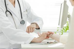 脈拍をはかる医師の写真素材 [FYI00040732]