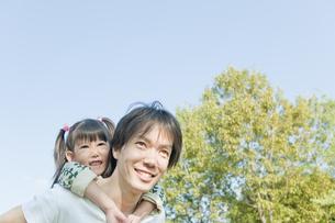女の子をおんぶする父親の写真素材 [FYI00040733]