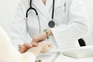 脈拍をはかる医師の写真素材 [FYI00040736]