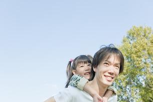 女の子をおんぶする父親の写真素材 [FYI00040741]