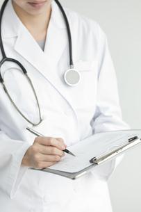 カルテに記入する医師の写真素材 [FYI00040748]