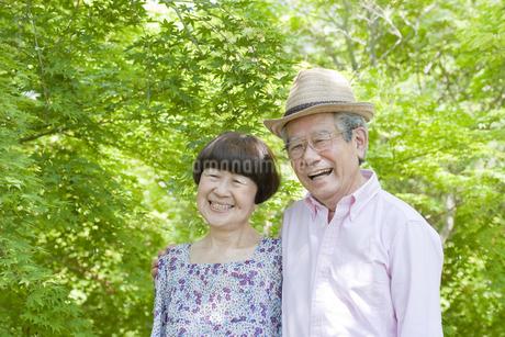 散歩する老夫婦の写真素材 [FYI00040751]