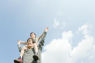 息子を肩車する父親の写真素材 [FYI00040758]