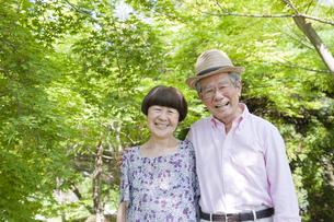 散歩する老夫婦の写真素材 [FYI00040765]
