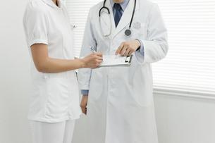 打ち合せをする医師と看護士の写真素材 [FYI00040796]