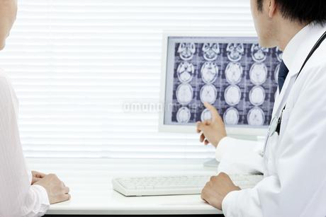 モニターで説明する医師の写真素材 [FYI00040829]