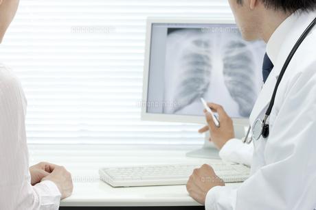 モニターで説明する医師の写真素材 [FYI00040832]