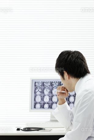 モニターを見つめる医師の写真素材 [FYI00040838]