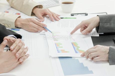 会議をする社員の写真素材 [FYI00040850]