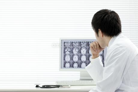 モニターを見つめる医師の写真素材 [FYI00040851]